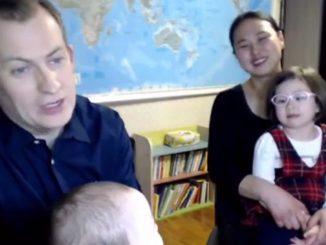 Professore interrotto in diretta dai figli durante la diretta: ecco la sua storia
