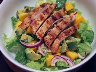 Insalata di pollo, mango e avocado: ricetta