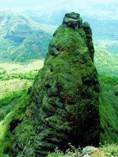 Il Kalavantin Durg immerso nel verde