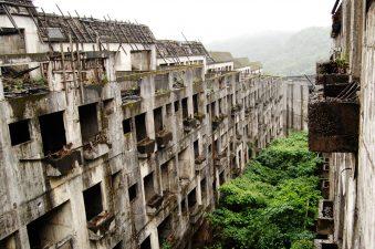 Casermoni abbandonati a Keelung con vegetazione in mezzo