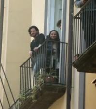L'attore di Game of Thrones su un balcone che affaccia su uno dei vicoli della città.