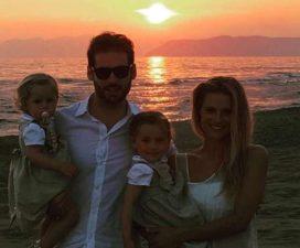 michelle-hunziker-e-tomaso-trussardi-con-le-figlie-in-spiaggia-al-tramonto