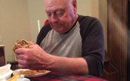 Nonno prepara hamburger per nipoti ma se ne presenta uno