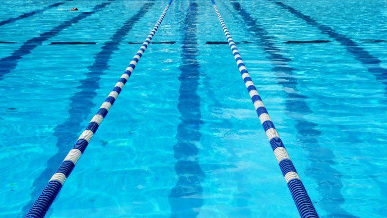 Pipì in piscina: studio canadese rivela la percentuale media di urina nell'acqua