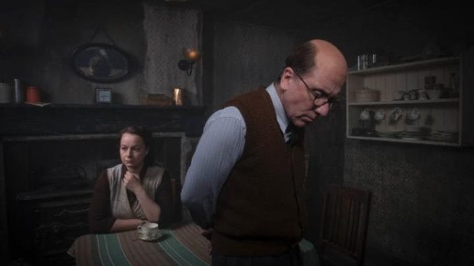 Tim Roth nei panni del serial killer John Reginald Christie nella serie tv Rillington Place