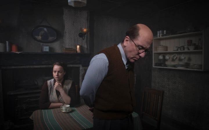 Tim Roth nei panni del serial killer John Reginald Christie nella serie tv Rillington Place