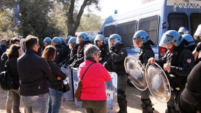 Sfondate le barricate No Tap, blitz della polizia con le ruspe