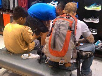 Turista regala scarpe a ragazzino: il gesto disinteressato