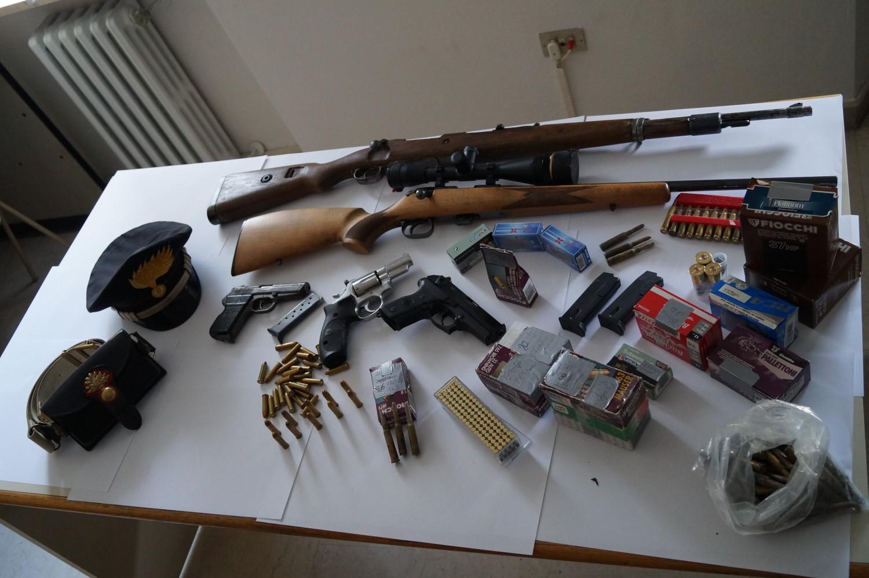 Calabria deteneva e ricettava armi arrestato un uomo di for Scopa sul divano