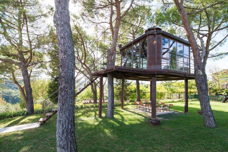 Casa sull'albero: padre ne costruisce una per la