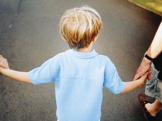 """Cartello con scritto """"bimbo sporco"""": genitori adottivi condannati a un anno e otto mesi"""