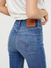 Jeans che cadono sulle forme