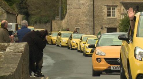 Sfilata di auto gialle