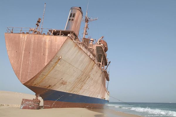 Stranded-ship-on-a-Mauritanian-beach_resultat