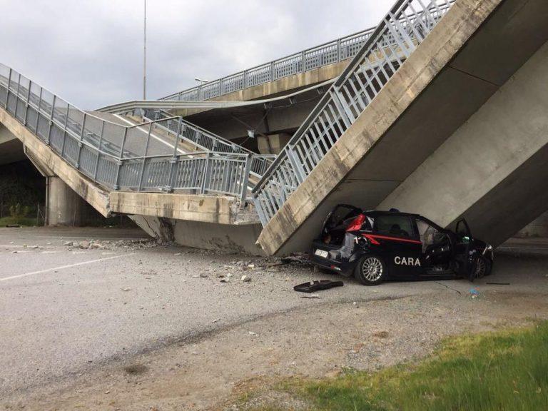 Torino, crolla cavalcavia: distrutta auto dei carabinieri