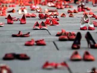 Installazione artistica in memoria delle donne vittime di omicidio