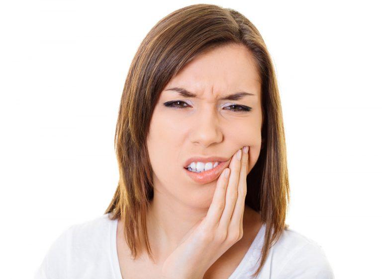 Mal di denti? Olio di cocco e chiodi di garofano lo possono alleviare