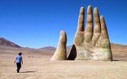 Mano protesa spunta nel deserto di Atacama
