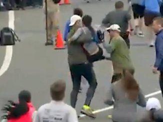 Maratona: donna sfinita portata al traguardo dai corridori