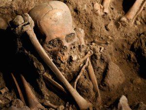 Teschio e ossa nel Sacello di San Michele