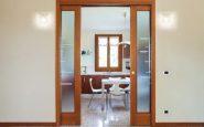 pulire-porte-in-vetro-e-legno-grezzo