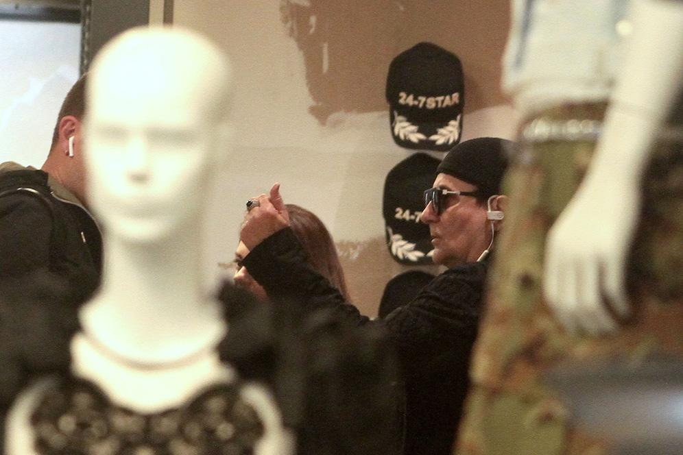Milano, Renato Zero a passeggio nel quadrilatero della moda