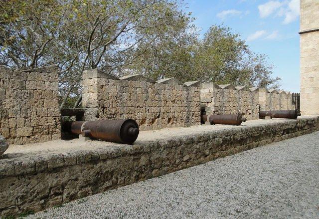 Cannoni sui bastioni del castello