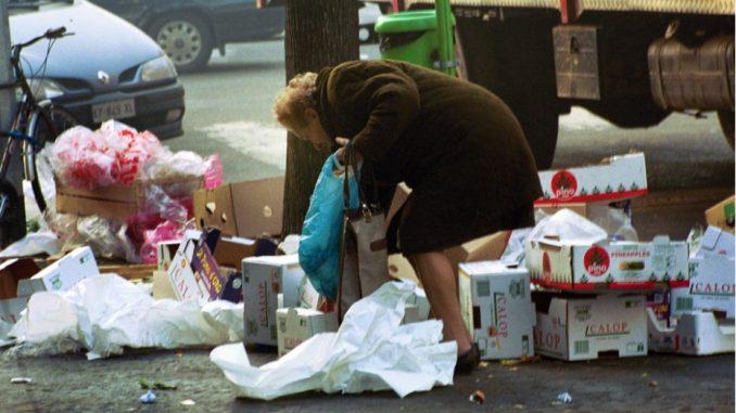 Anziana povera nell'immondizia