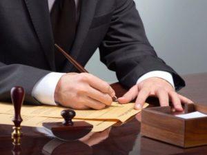 Notaio firma un atto