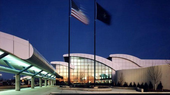 Michigan, accoltella agente in aeroporto Flint.