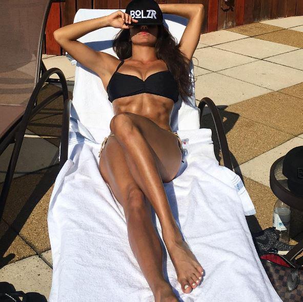 Elena D'Amario protagonista di alcuni selfie hot, che la ritraggono in una splendida forma avvolta da un succinto bikini nero