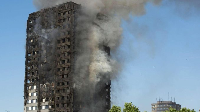 Paura a Londra, in fiamme un grattacielo di 27 piani