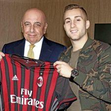 Mostrano la maglia del Milan