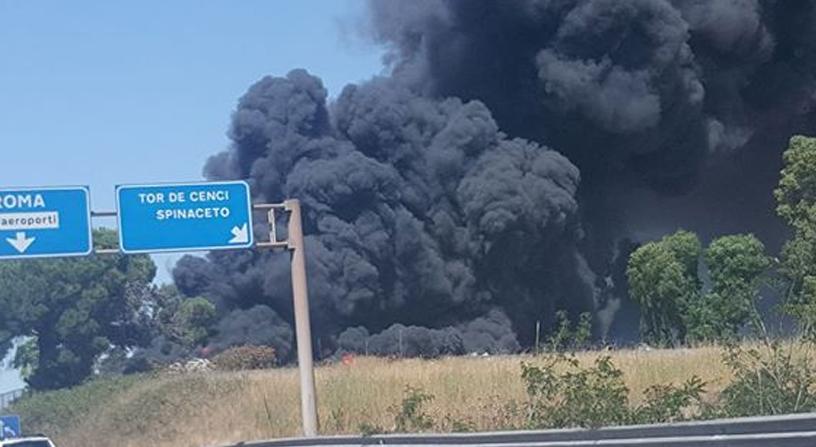 Incendio a tor de 39 cenci in fiamme deposito di cassonetti for Scopa sul divano