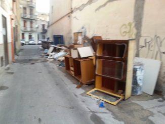Immondizia e vecchi mobili per strada