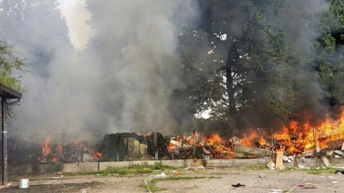 Rom continuano a bruciare rifiuti, residenti in rivolta a Torino