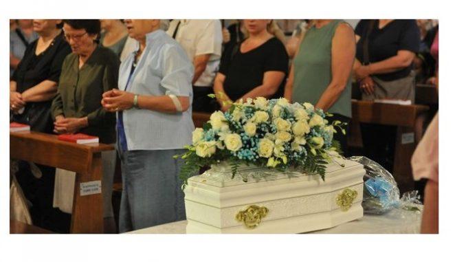 Morto neonato abbandonato,un migliaio a funerali di Giovanni