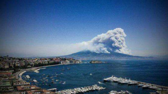 Incendio a San Vito, evacuate 900 persone via mare da villaggio turistico