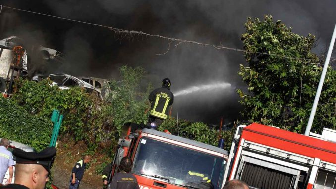 Roma, fiamme in autodemolitore: due ustionati