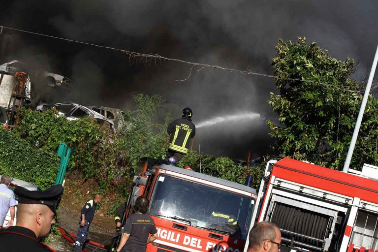 Roma fiamme in autodemolitore due ustionati for Scopa sul divano