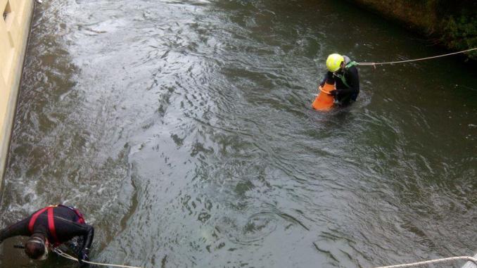 Piemonte, Galliate: bambino di tre anni scivola in acqua e muore