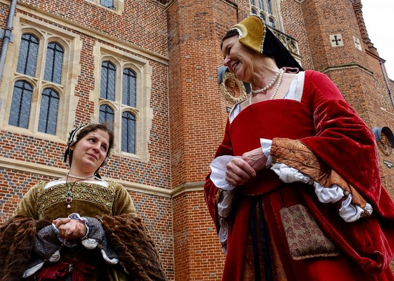 Come fare un costume del Medioevo del XIII secolo 796e2c6c353