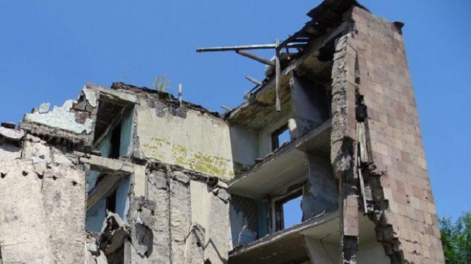 L'addio alle vittime del crollo della palazzina di Torre Annunziata