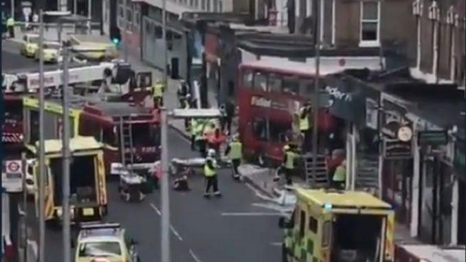 Londra, autobus a due piani si schianta contro un negozio
