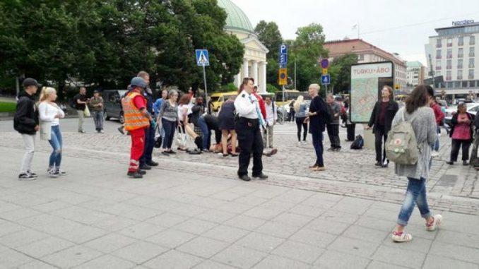 Passanti accoltellati in Finlandia, un morto