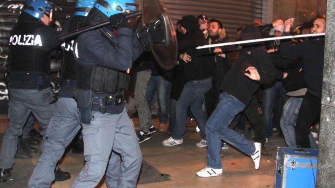 Sgomberato il centro sociale Làbas, tafferugli tra attivisti e forze dell'ordine