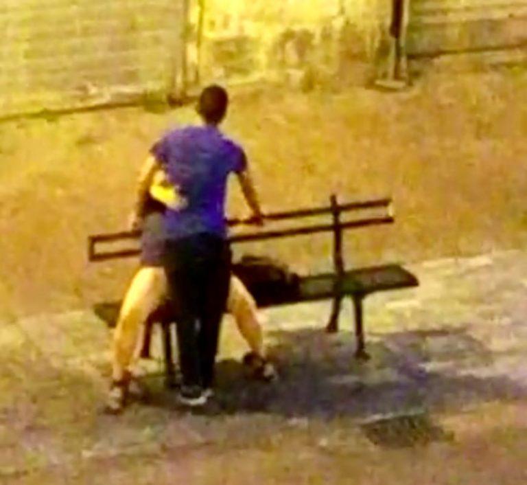 Genova coppia fa sesso su una panchina in piazza a - Video sesso sul divano ...
