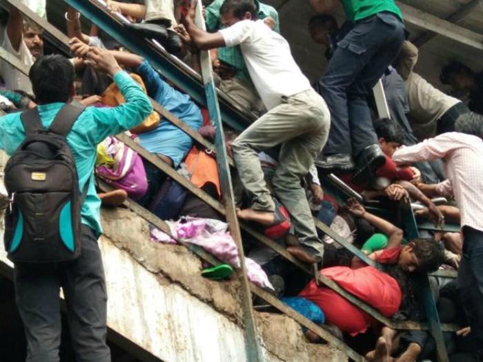 Almeno 22 persone sono morte schiacciate dalla folla a Mumbai