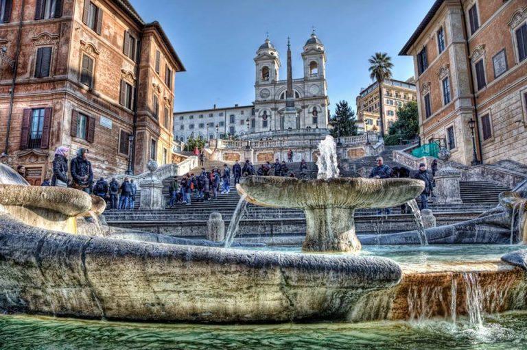 Piazza, gente e fontana