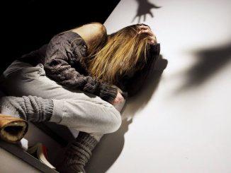 Ragazza si protegge dagli abusi.